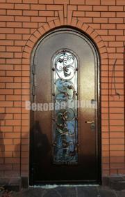 Дверь с аркой, стеклопакетом и фигурной ковкой